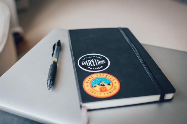 ロゴのステッカーが貼ってあるノート