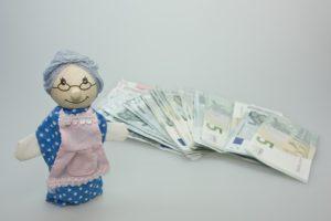 老人の人形とお金