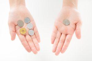 硬貨が手のひらに乗ってる